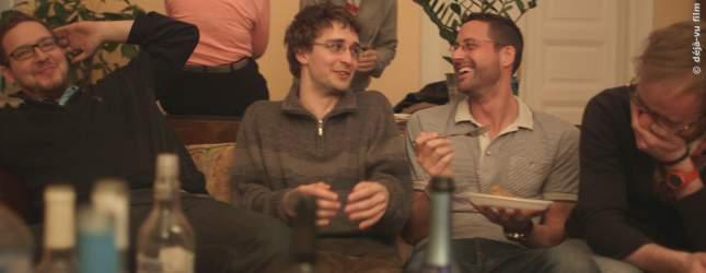 Looser Aaron mit seinen Freunden auf einer Party.