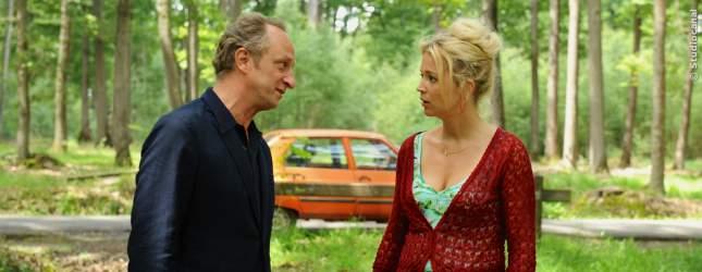 Paul-Andre (Benoit Poelvoorde) und Violette (Virginie Efira) diskutieren.
